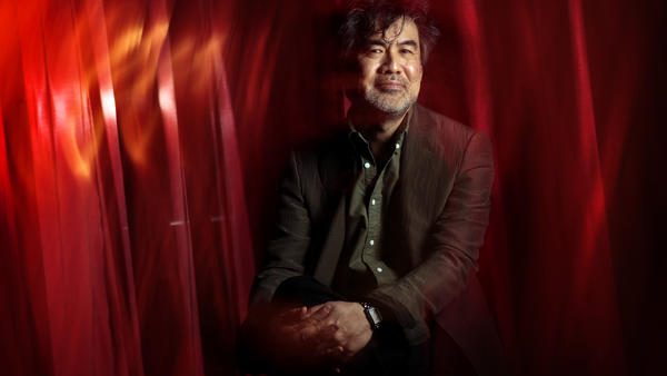 """""""M. Butterfly"""" playwright David Henry Hwang.(Rick Loomis / Los Angeles Times)"""