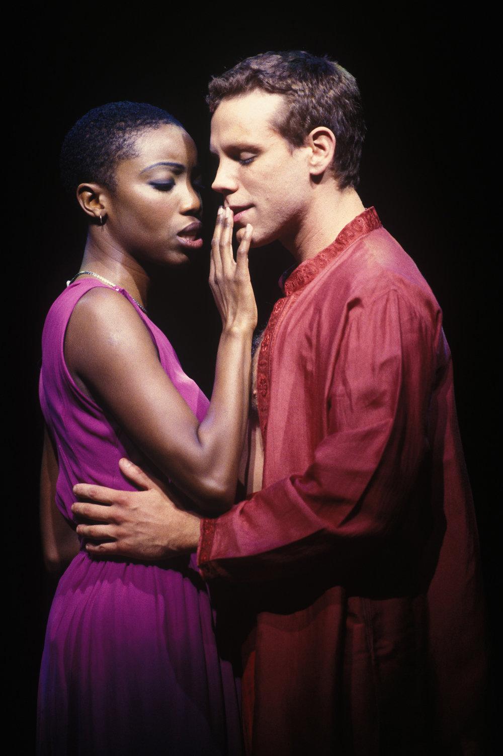 Heather Headley and Adam Pascal in 《阿依达》, 词曲: 艾尔顿·约翰 和蒂姆·莱斯. 图片来源:Joan Marcus, 版权所有:迪斯尼, 2000