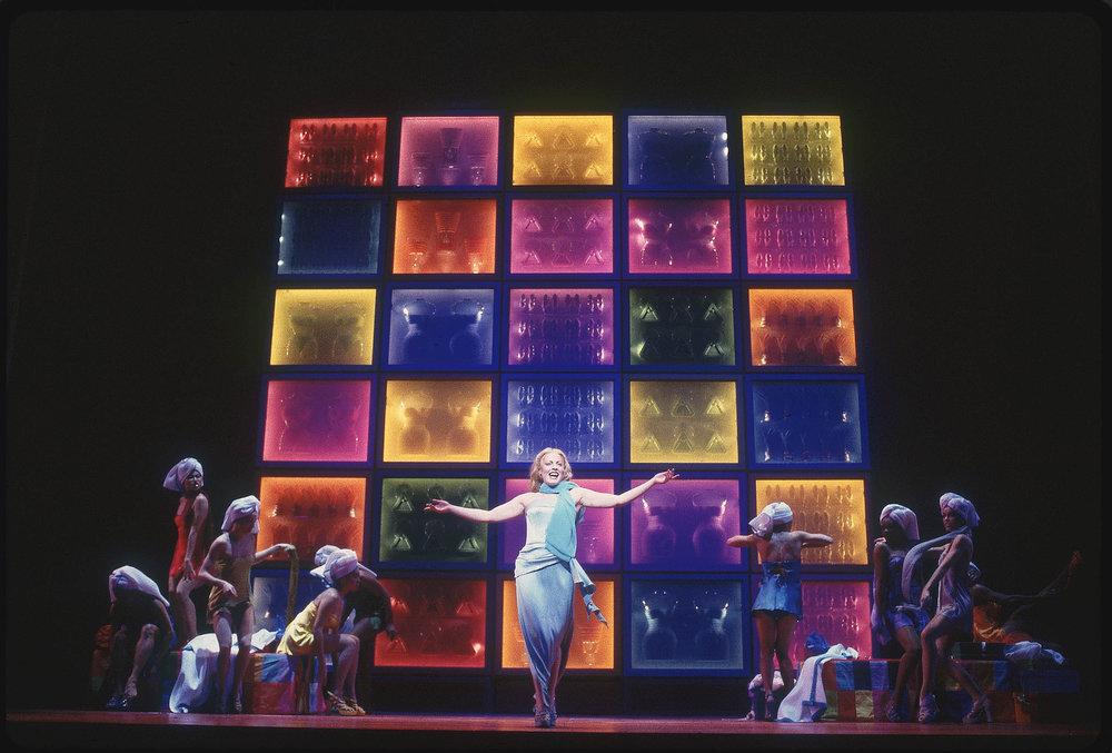 Sherie Rene Scott and the original Broadway cast of 《阿依达》, 词曲: 艾尔顿·约翰 和蒂姆·莱斯. 图片来源:Joan Marcus, 版权所有:迪斯尼,2000.