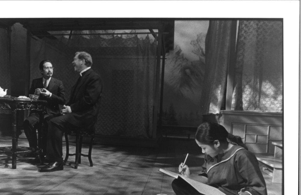 Stan Egi, John Christopher Jones, 和 Julyana Soelistyo。摄影:Michal Daniels,纽约公共剧院,1996年。
