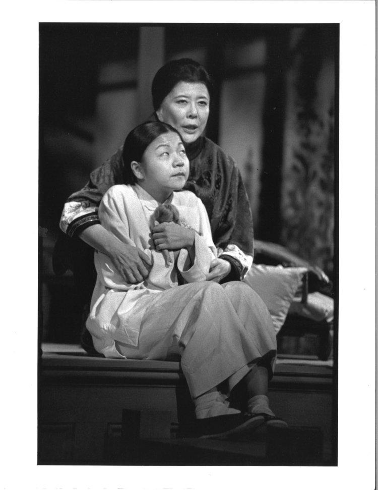 Tsai Chin 和 Julyana Soelistyo。摄影:Michal Daniels,纽约公共剧院,1996年。