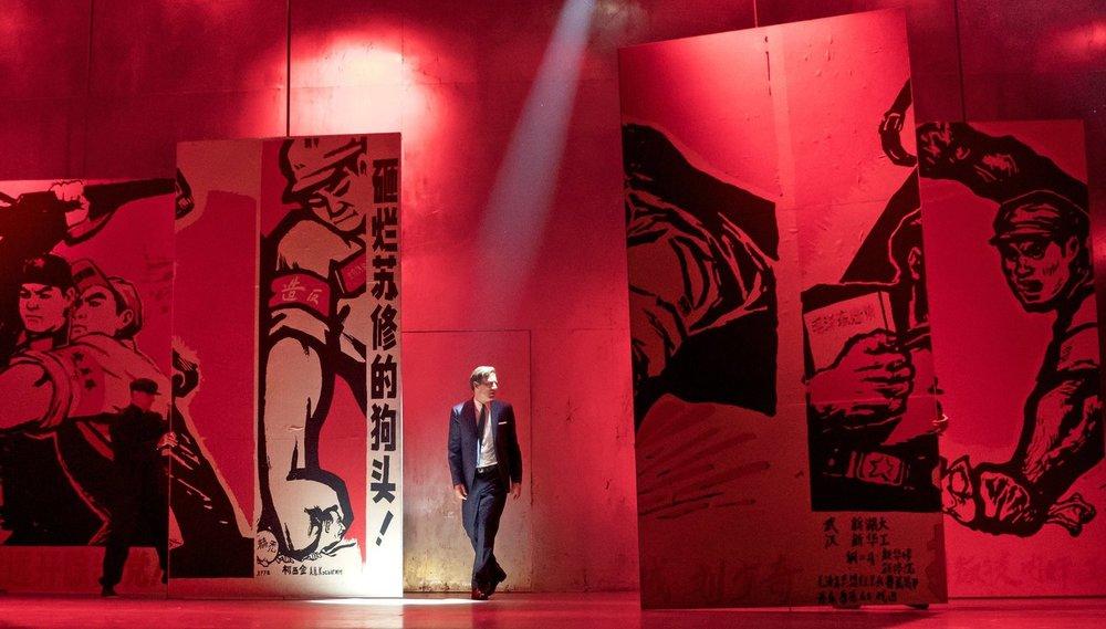 黄哲伦的百老汇复排版《蝴蝶君》剧照,克里夫·欧文饰演法国外交官。 Sara Krulwich摄,《纽约时报》