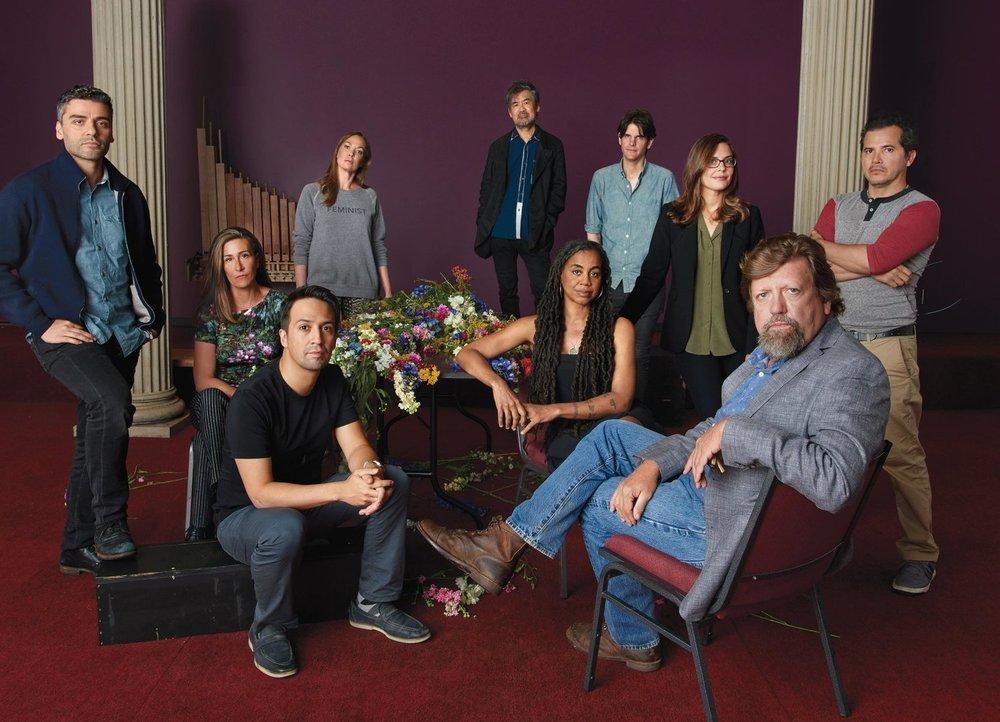 奥斯卡·尤斯特(Oskar Eustis)剧团 | 做为工作坊的成果,公共剧院的艺术总监制作了一系列演出。合影位于David Zinn于纽约市中心设计的《哈姆雷特》舞台。按左起顺时针方向:演员Oscar Isaac,作曲家Jeanine Tesori,演员 Elizabeth Marvel,剧作家黄哲伦,作家和导演Alex Timbers,导演Lear deBessonet,演员 John Leguizamo,尤斯特,剧作家Suzan-Lori Parks ,以及剧作家,作曲家和演员Lin-Manuel Miranda。照片摄于2017年9月1日。版权所有:Jason Schmidt。地点:纽约公共剧院旗下的安斯帕彻剧院,David Zinn设计的《哈姆雷特》舞台。