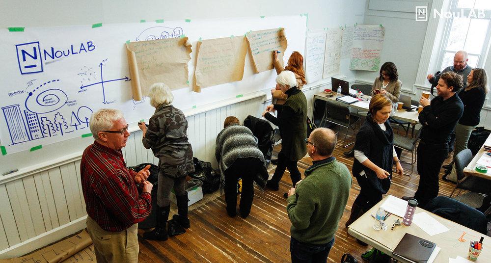 Paul Messer, associé chez Percolab, dirige un exercice de création de prototypes en utilisant la gestion des déchets comme exemple.