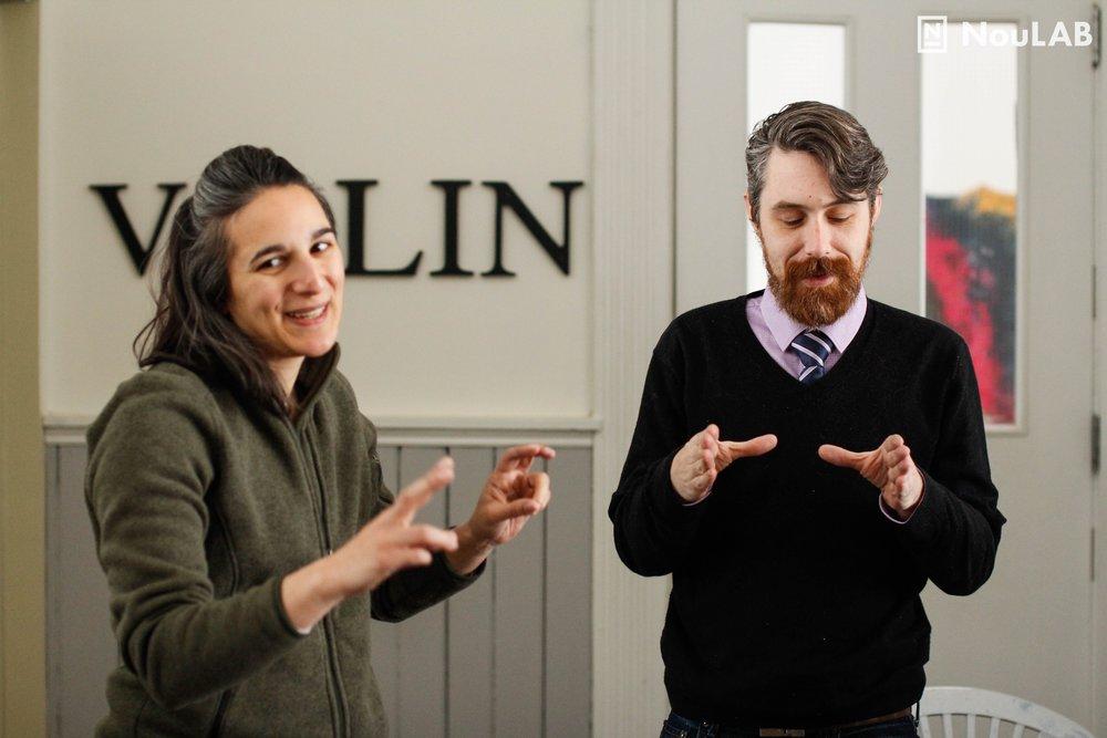 Bethany Deshpande et Nic Clement exécutent le scénario d'un prototype pour résoudre un conflit d'intérêts.