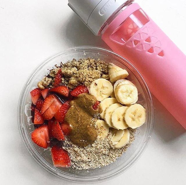 We're loving this post from @kaleandcarrotsticks smoothie bowls and SANS bottle to keep it fresh all day long!
