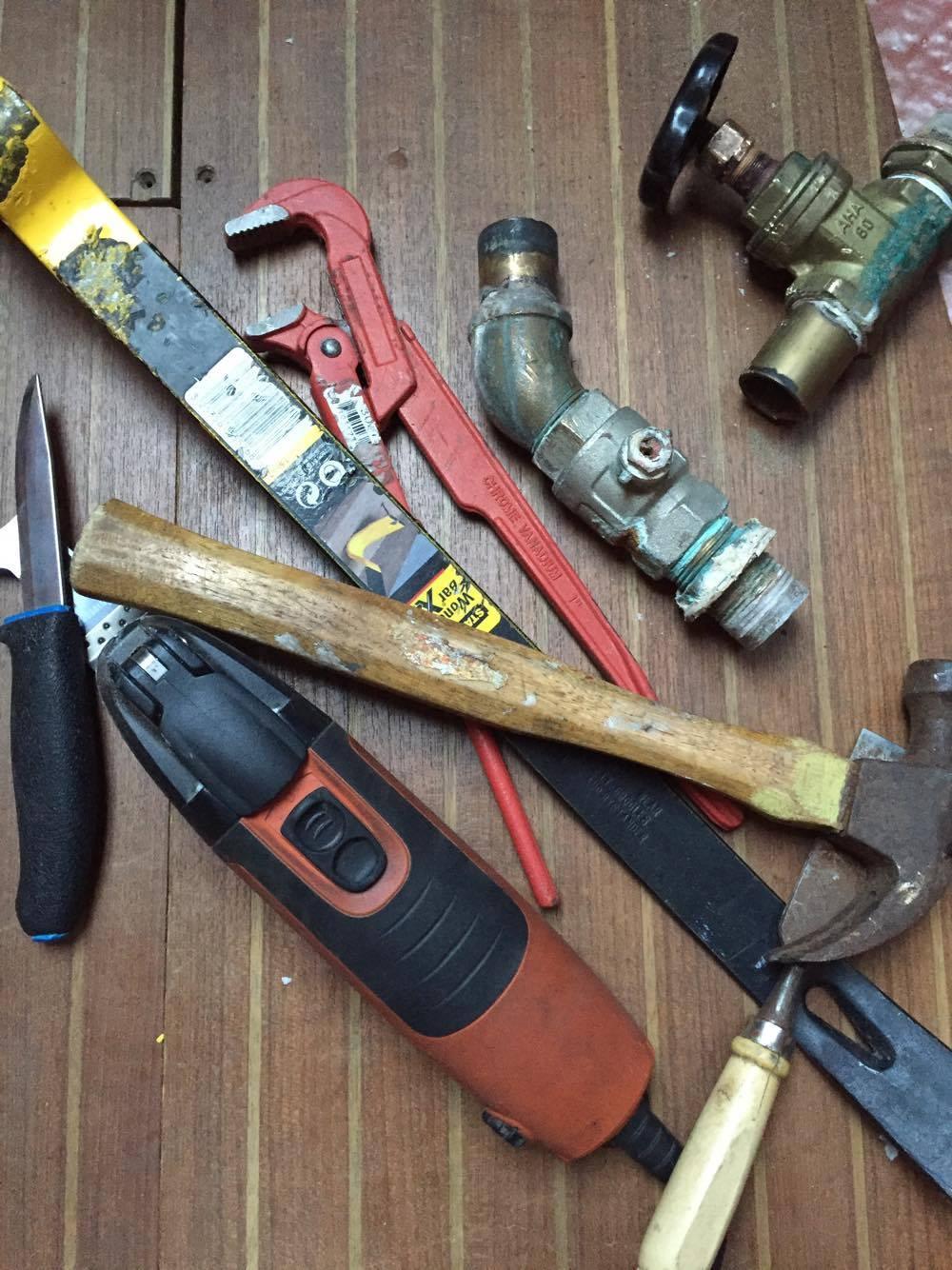 Diverse verktøy og løse to gjennomføringer.