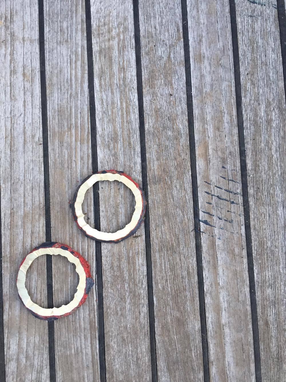 Messingringene som har holdt gjennomføringene på plass på utsiden av skroget.