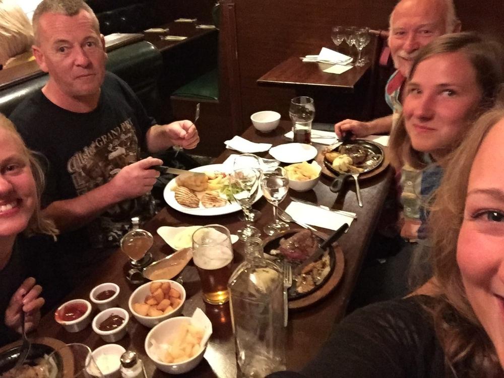 Gjengen på middag i Belfast.