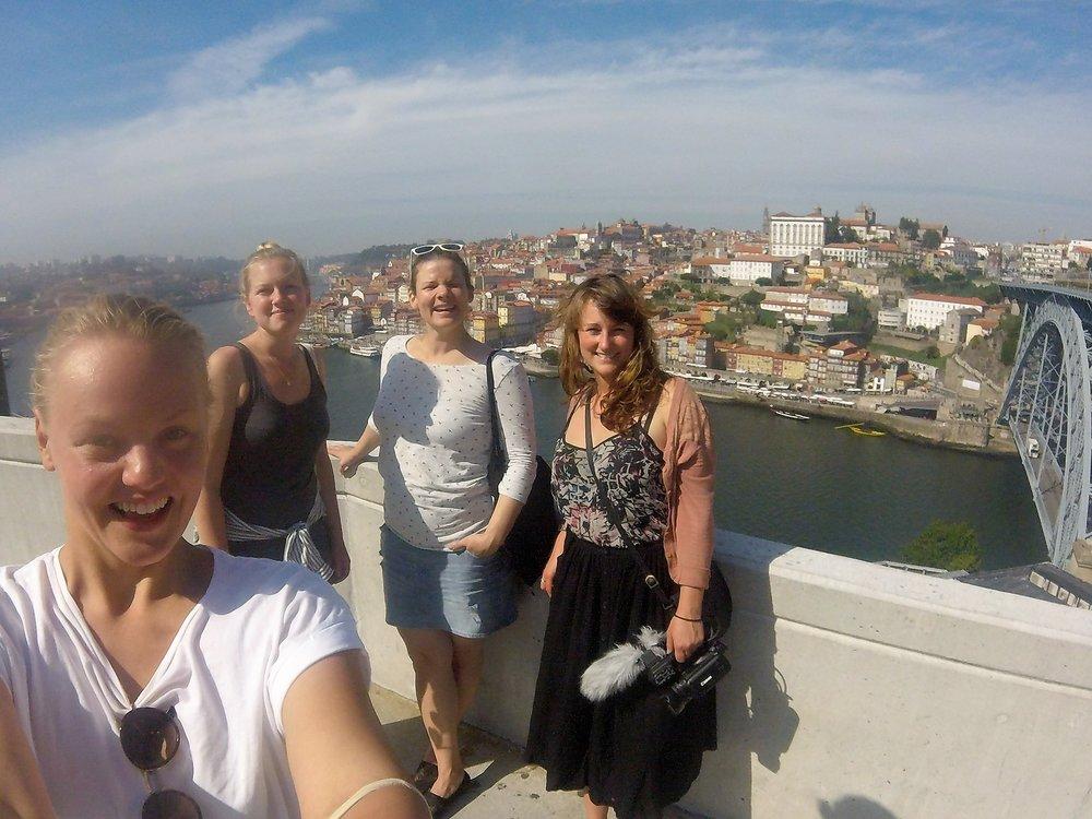 Gjengen på oppdagelsesferd i Porto. (Fra venstre: Elise, Silje, Karen og Emilie)