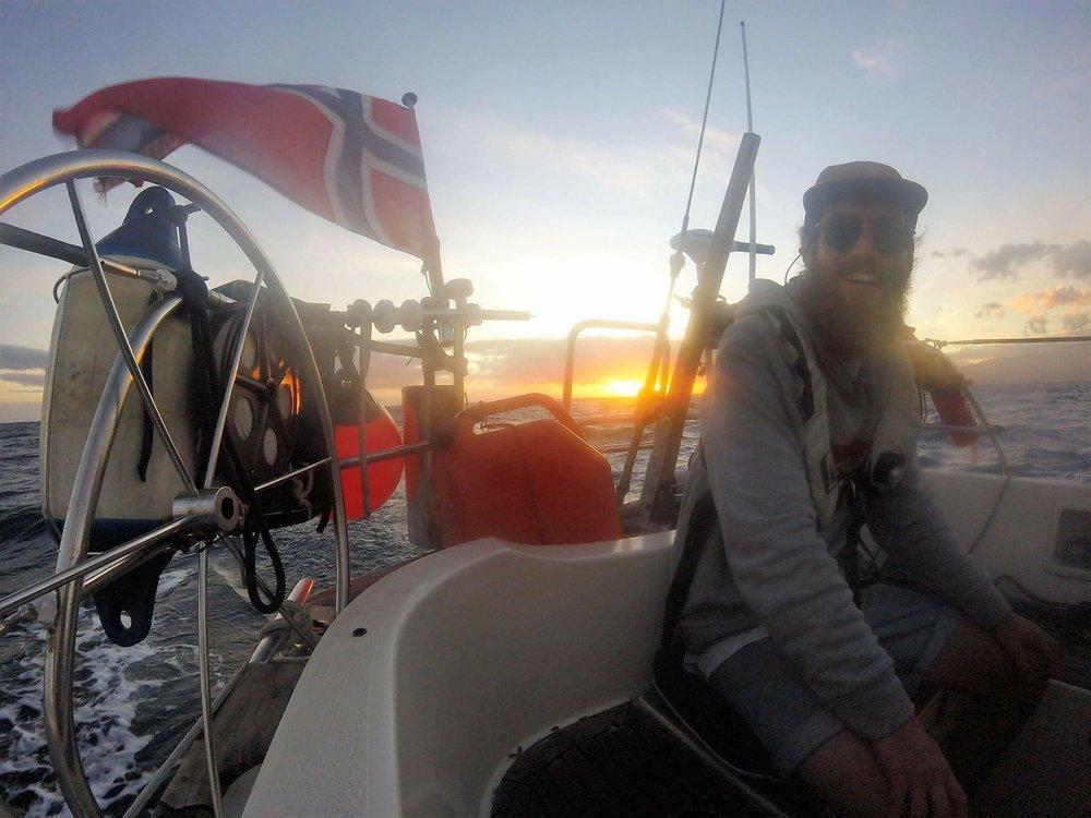 Heldigvis liker han å seile. Og han gleder seg over muligheten til å kysse verdenshav.