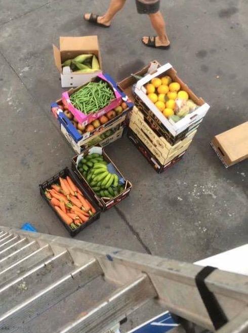 Omtrent halvparten av 95 kg frukt og grønt.