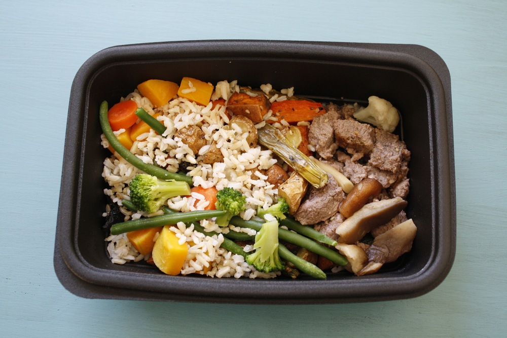 Marinated strip steak with assorted mushrooms and sesame vegetable medley One serving: 30g protein, 16g carbs, 21g fat (376kcal)