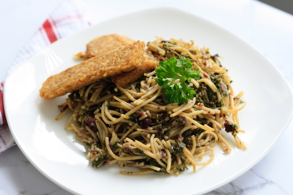 Nature's Own Vegan Green Olive Pesto  Ingredients: quinoa noodles, garlic cloves, fresh parsley leaves, basil leaves, olive oil, kalamata olives, roasted red peppers, sea salt, tempeh One serving: 16g protein, 65g carbs, 20g fat, 503cal