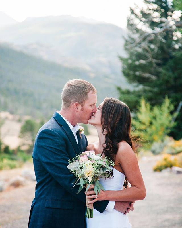 Booking Weddings for the dates starting in September 2018 Reserve your date. Travel to WY/ID/CO included  Full day packages start at $4600 Elopements start at $2600 ⠀⠀⠀⠀⠀⠀⠀⠀⠀ #engaged #wyomingwedding #wyomingbride #coloradobride #idahobride #southdakotabride #destanionwedding #iwantaportraitsessionfromjuliannaeckley #tetons #yellowstone #grandtetons #jacksonhole #grandtetonnationalpark #невеста #красиво