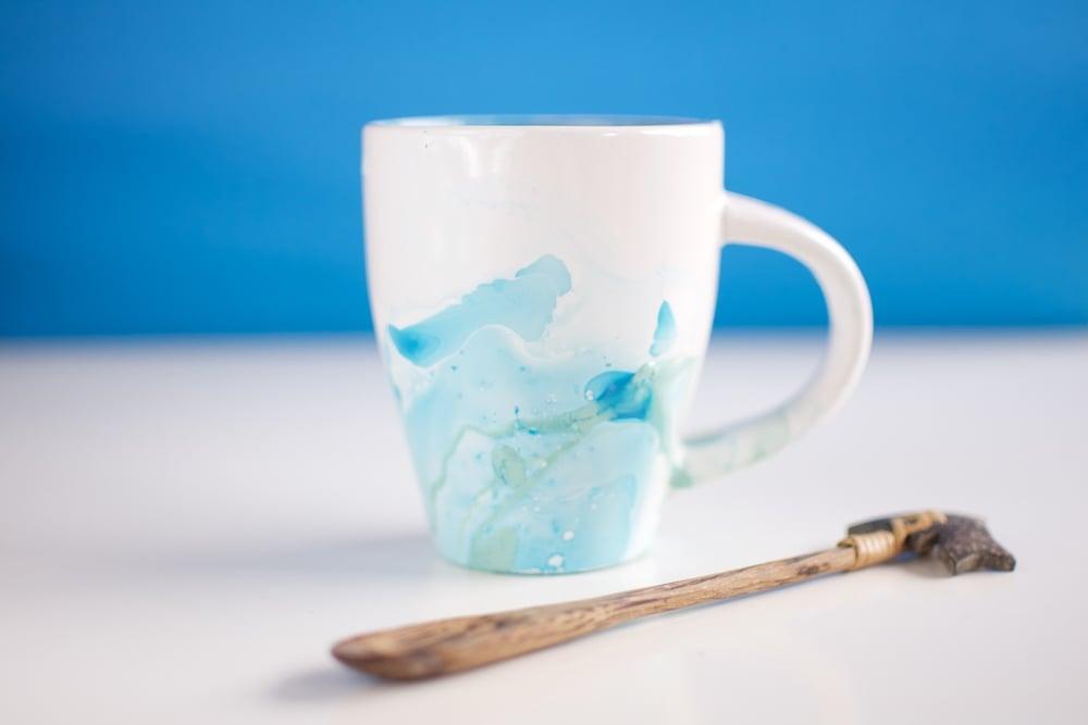 Mug decorada con pintura de uñas