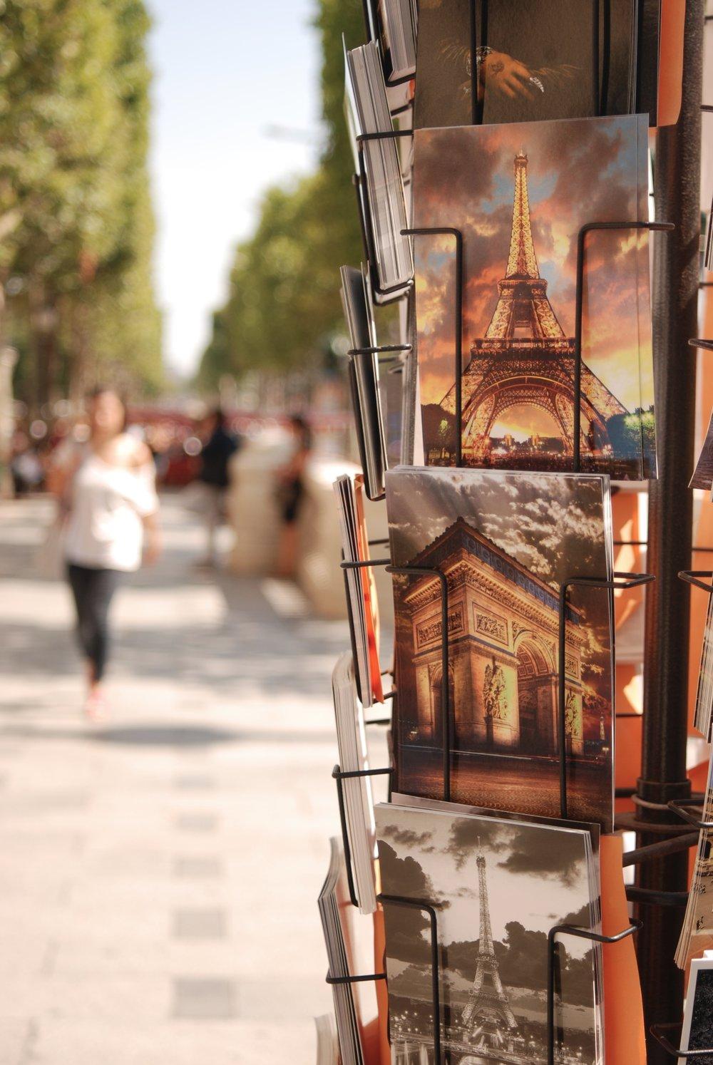 Postales en los Campos Elíseos, en París