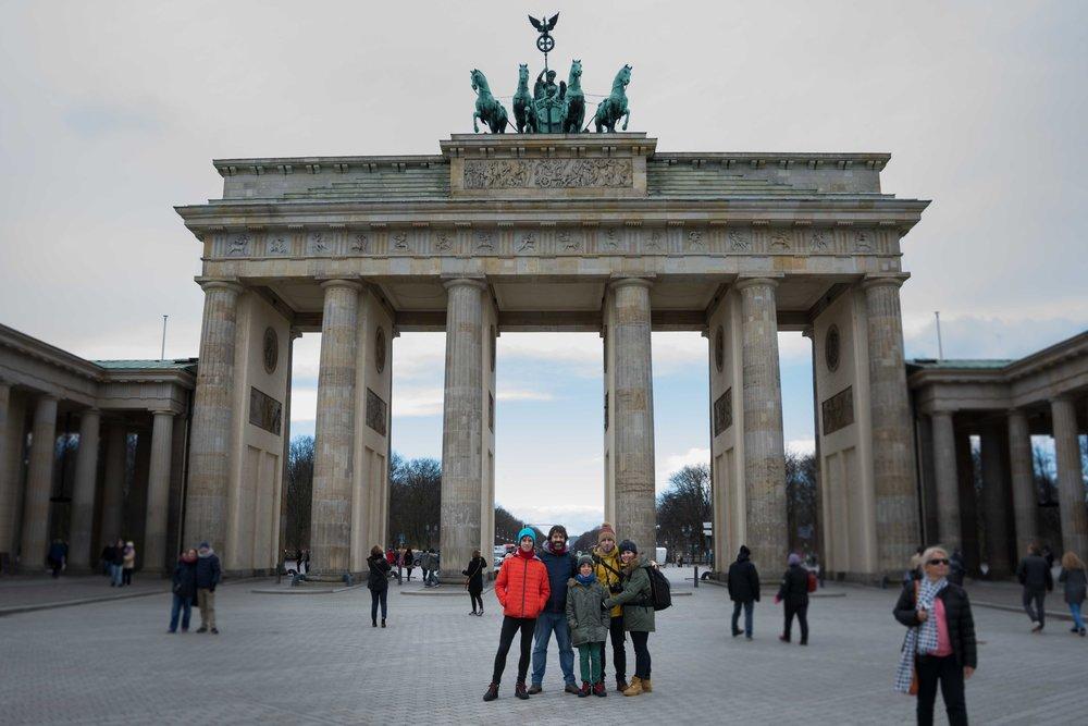Foto de familia en la Puerta de Brandeburgo . Berlín