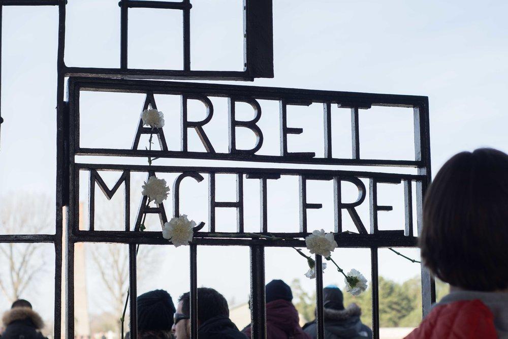 """""""El trabajo os hará libres"""" dice la verja en la entrada de campo. Una cínica bienvenida a los presos."""