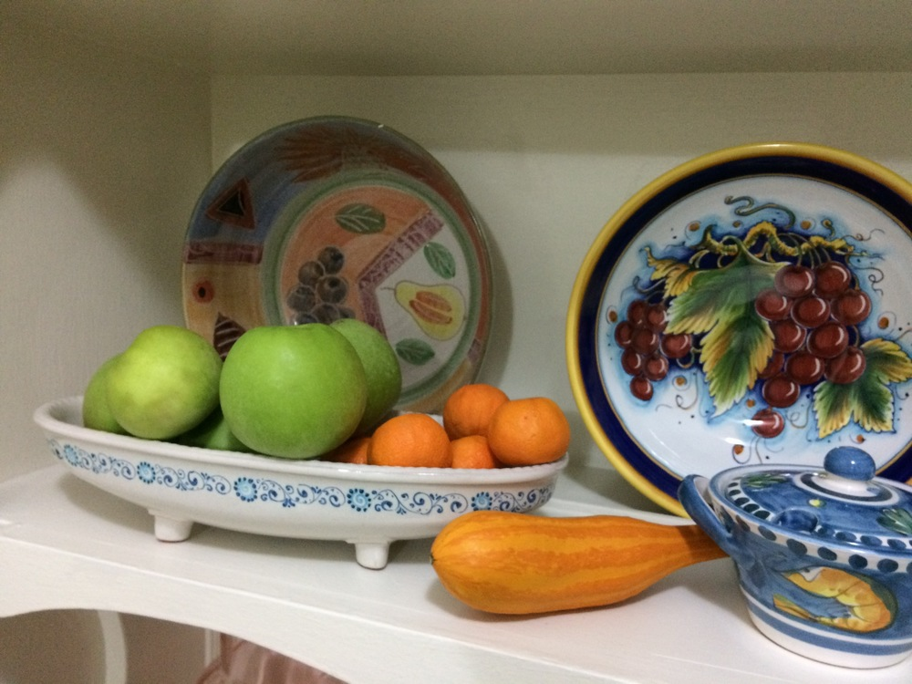 Kitchen+decor+with+orange+gourds.jpeg