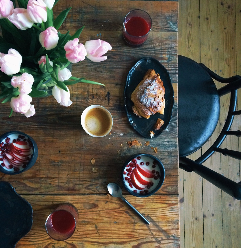 Mandelcroissant. Granatäpple och rosa rödbetsjuice. Och kaffe såklart.