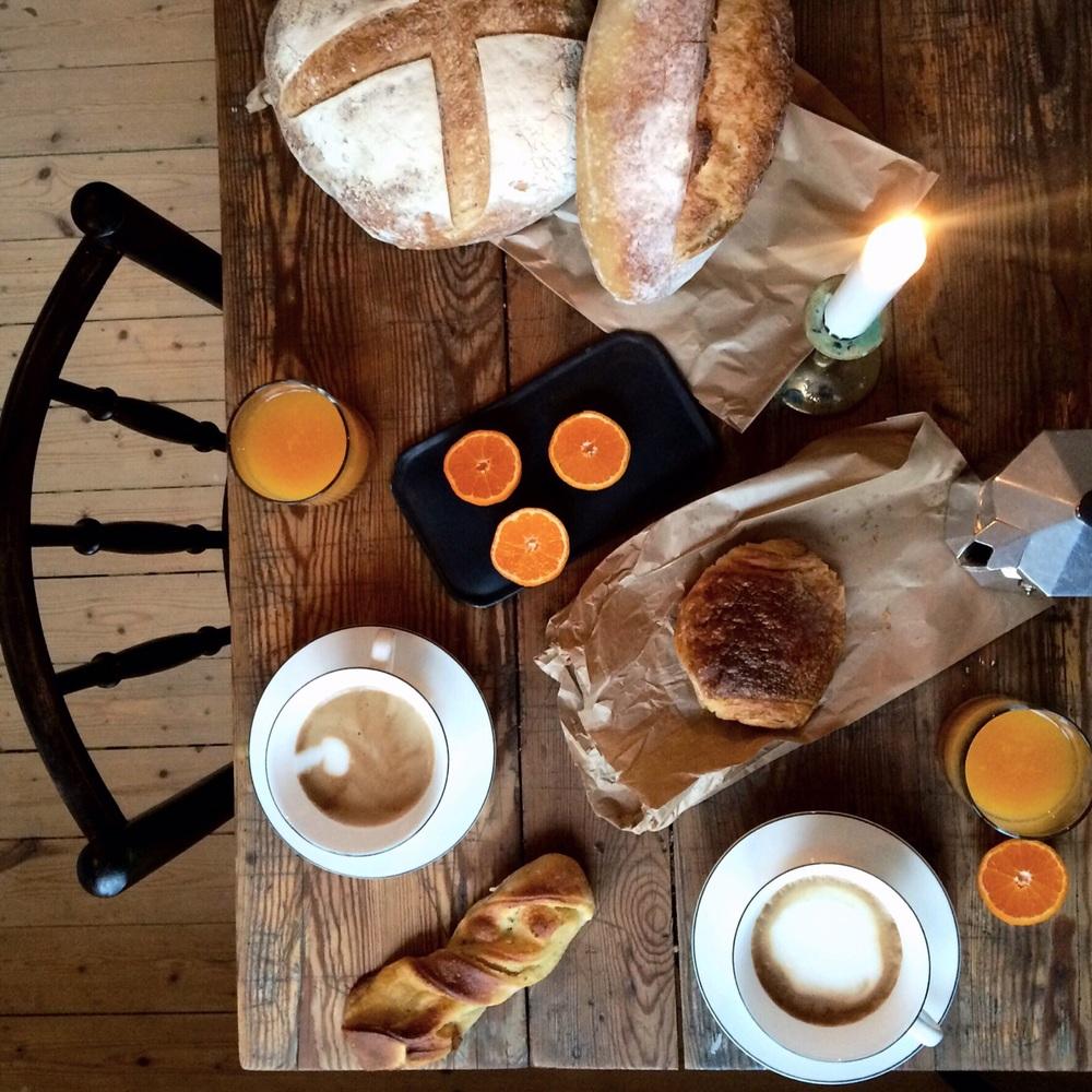 Mandelsnurra. Chokladcroissant. Levain och clementiner. Nypressad apelsinjuice. Och kaffe såklart.