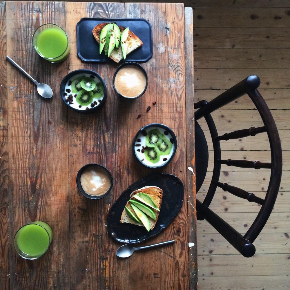 Juice på spenat och äpple. Avocadotoast med chilli. Kiwiyoghurt och kaffe såklart.