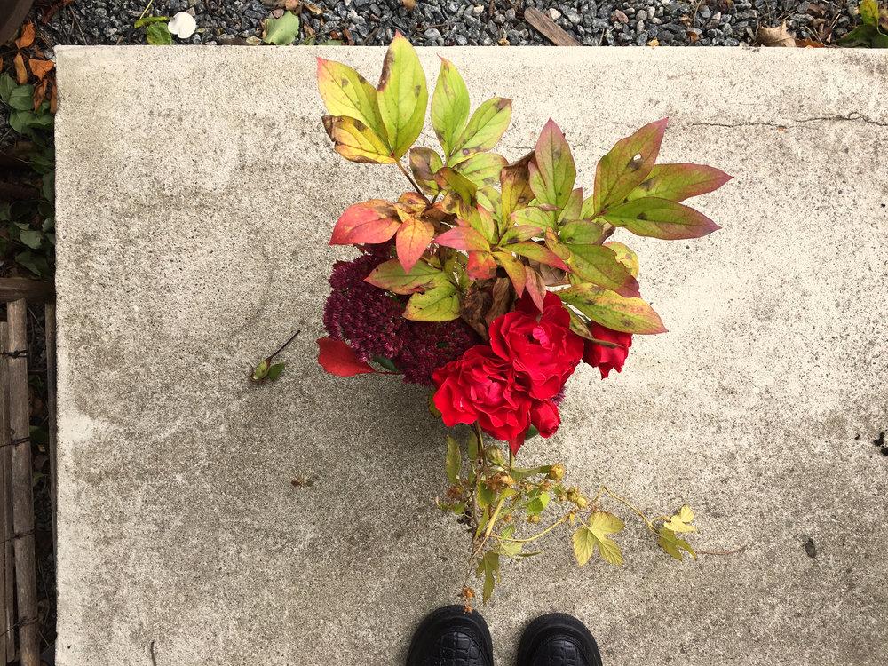 Höstbukett med rosor, rostfärgade pionblad och humle