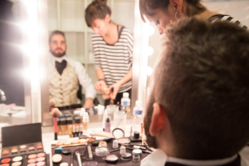 vanity mirror joel-filipe-470276-unsplash.jpg