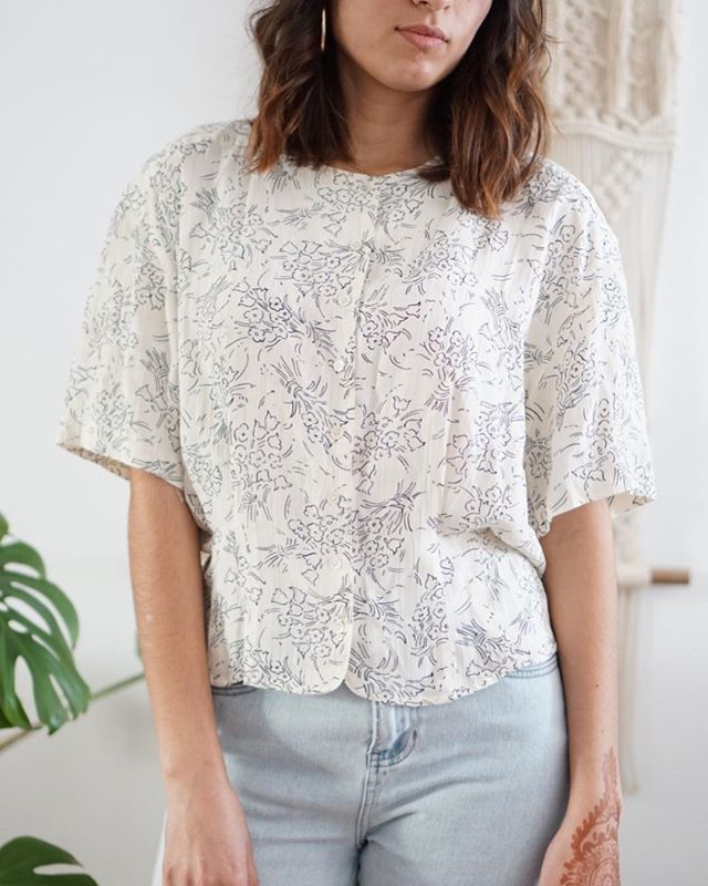 Boxy minimalist floral blouse fits Small-Medium. 💐