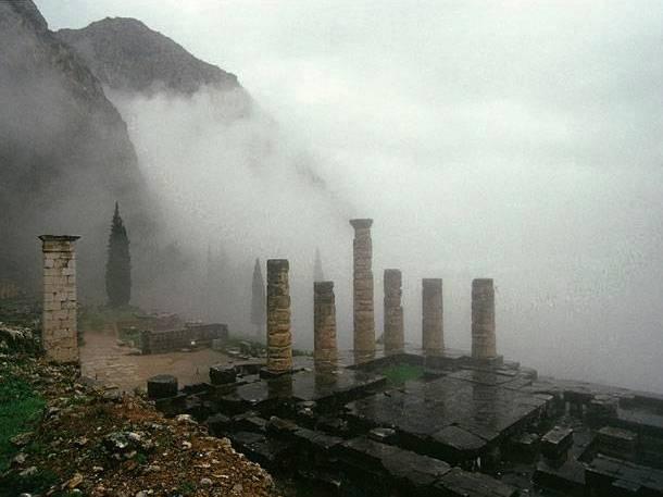 Delphi ναος του Απολλωνα.jpg