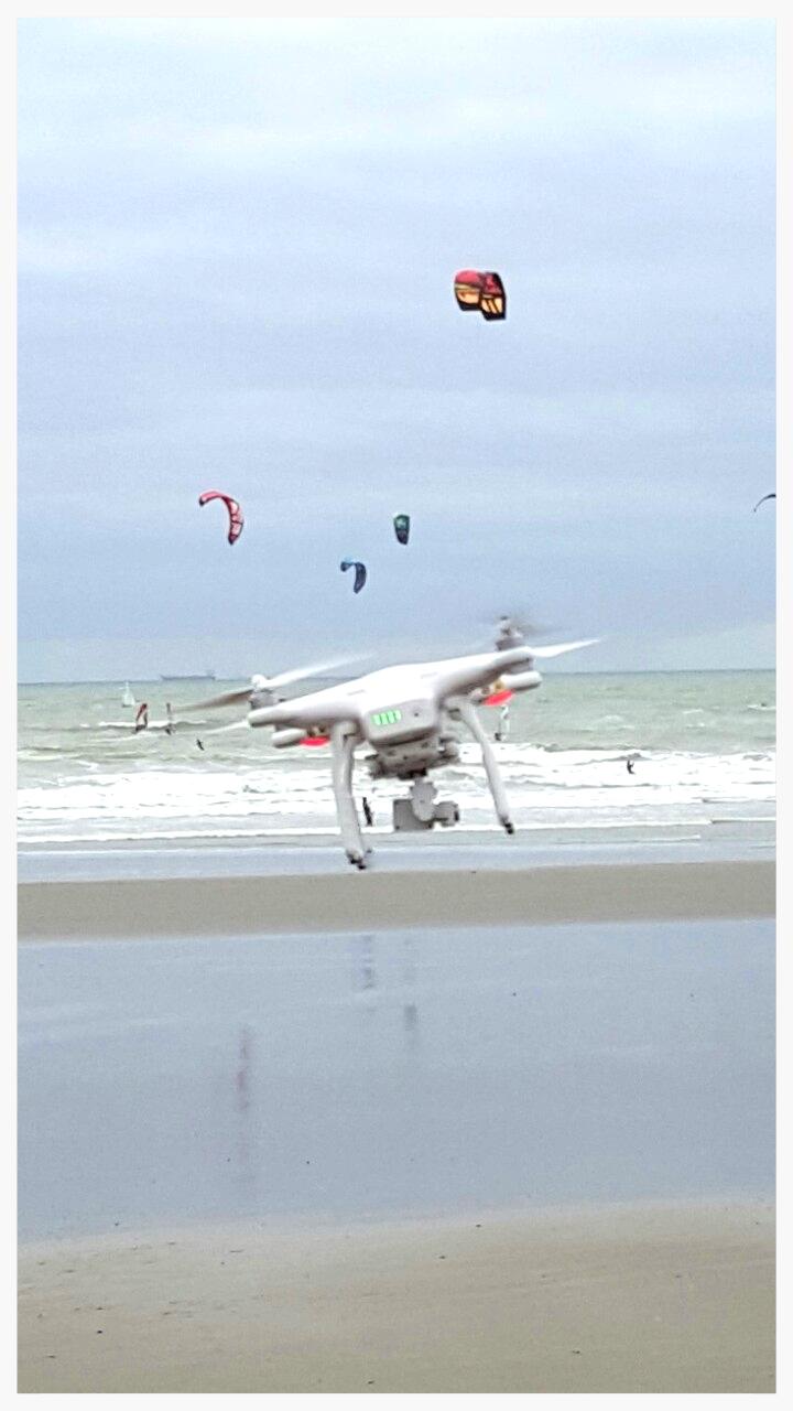 On voit ici le drone penché par la pression lié au vent, mais la caméra reste horizontale grâce à la nacelle. .