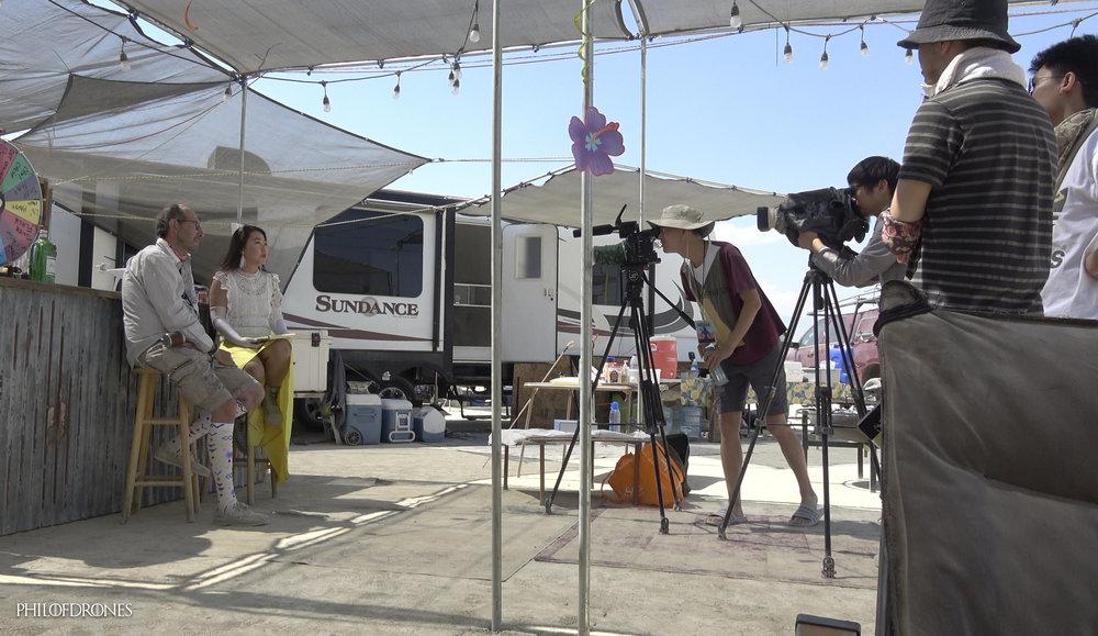 Interview 访问 - Plein d'histoires se passent à Burning Man, par exemple une interview par Catherine Duan pour Sina.com TV-Web Chine , tenez vous bien 500 millions de spectateurs. Mon blog risque d'exploser 🔥🔥🎆 Sublime Oasis va prendre aussi un renom international. Le lien de l'interview est à venir.