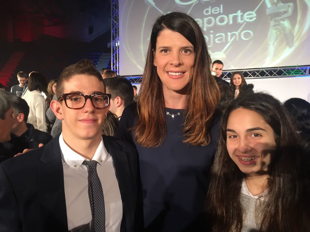 Marcos y Alba junto a la campeona olímpica Ruth Beitia.