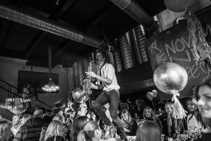 Bursdagsfest - Bursdager kommer bare en gang i året og det finnes knapt en bedre anledning til å samle alle du er glad i. Og i motsetning til bryllupsfest og sommerfest så handler bursdagsfesten bare om DEG! Det er du som skal feires, din superstjerne. Da er det bare fantasien din og budsjettet som setter grenser. Vi stiller med en DJ av internasjonalt kaliber som garanterer fullt dansegulv og et lydanlegg som hører hjemme på en klubb. Men vi kan også bidra med andre ting som dansere, sangere, rekvisitter til eventuelle temafester og andre kreative innslag.KONTAKT OSS FOR BOOKING