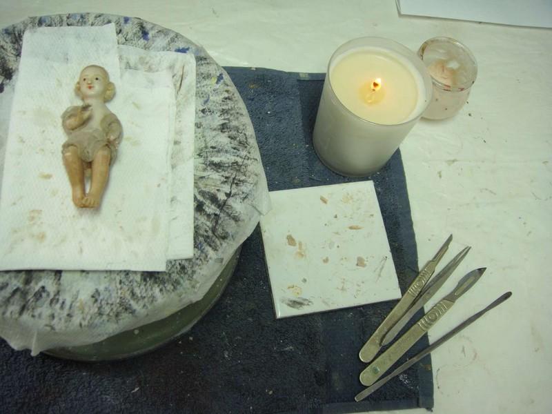 Restauration d'un Jésus en cire pour une crèche de noël