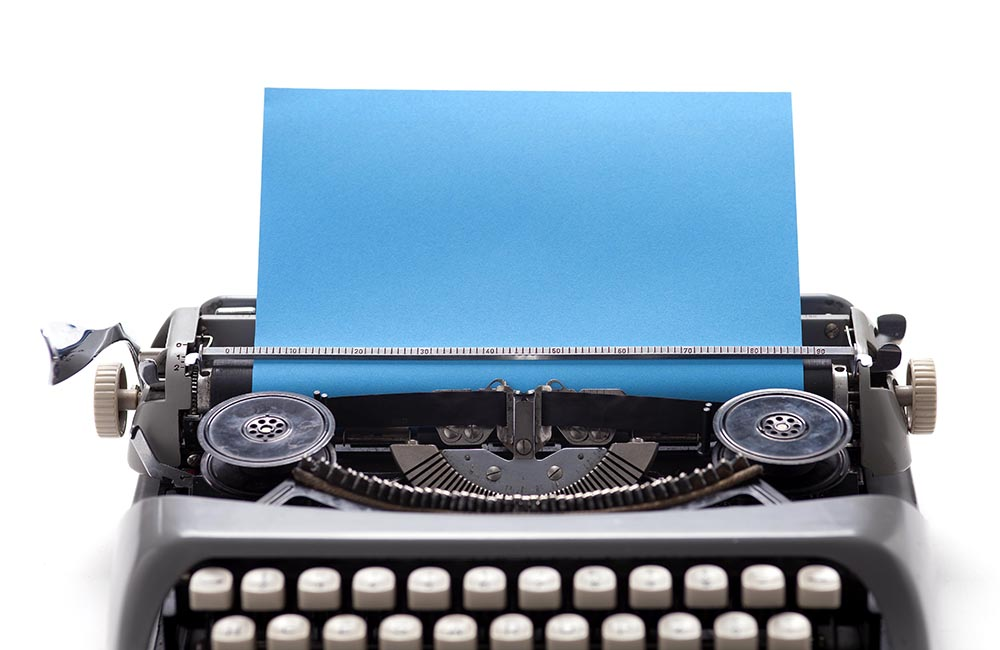máquina de escrever com folha cyan low 9098.jpg