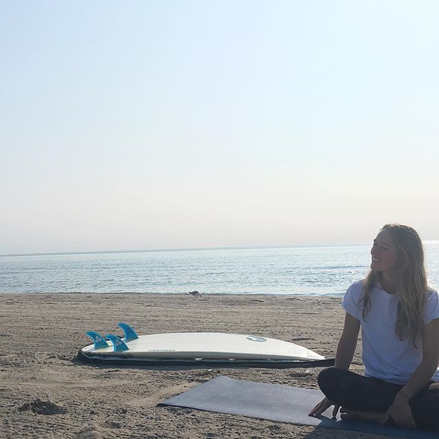 Perfect morning yoga with this surfer queen @alliboddy & @surfthegreats 🌊