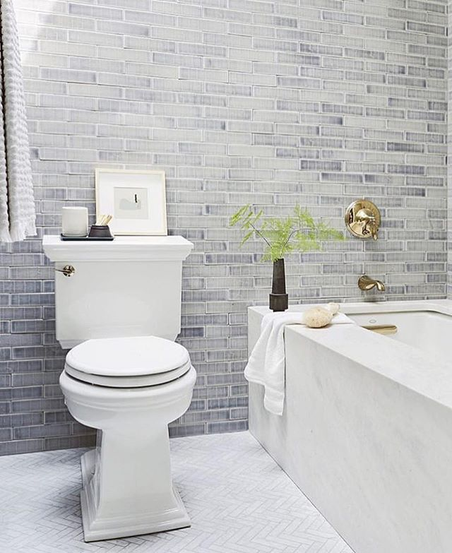 Give your bathroom something a little extra with a full ceiling to floor wall of tile. Loving this bathroom from @em_henderson.