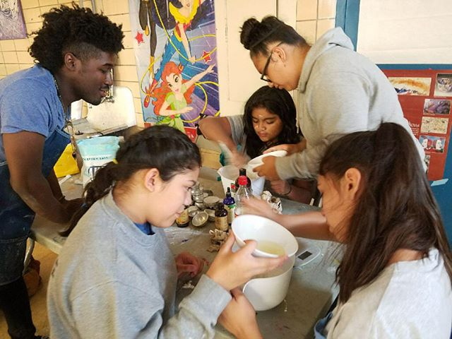 YCS creating bath bombs as a form of radical self care at Piotriwski Park with visiting artist  @najeesearcy @artdesignchicago @crossroadsfund @chicagoparks #theartofflocking #intheparks
