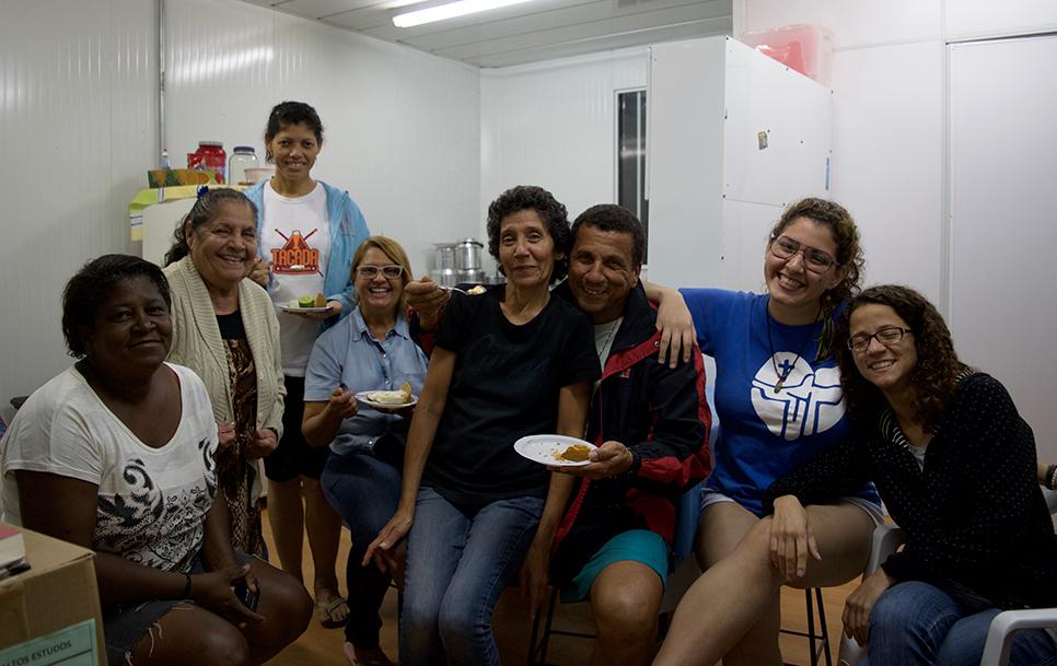 Maria Da Penha y Luiz Claudio Da Silva junto a su familia dentro del container asignado.