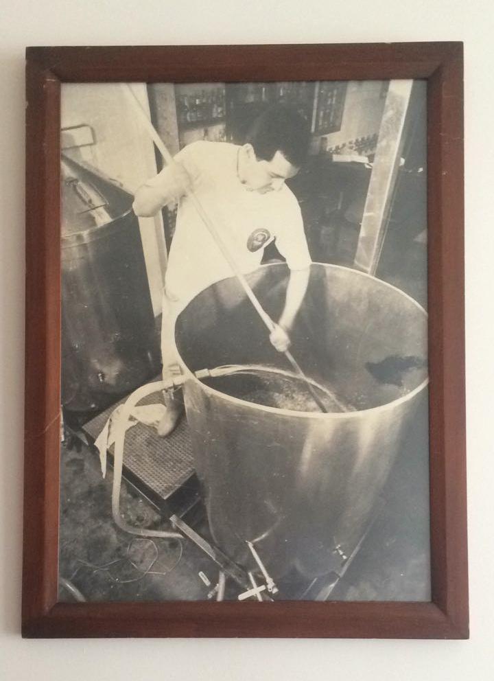Carvajal macerando malta para la elaboración de cerveza en 1997.