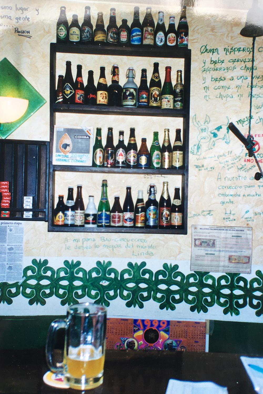Display de cervezas en la barra de Naturbier, 1999.