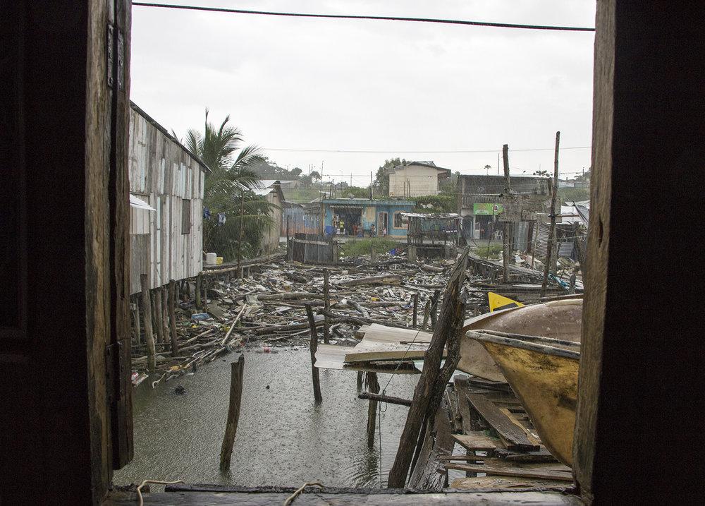 La entrada de la casa de José Silvino Pata en el pueblo de  Chamanga sigue inundada de escombros  producidos tras la caída de la casa de su vecino. Muchos restos no han sido removidos de los solares y terrenos del pueblo pesquero ubicado en la  frontera entre Manabí y Esmeraldas.