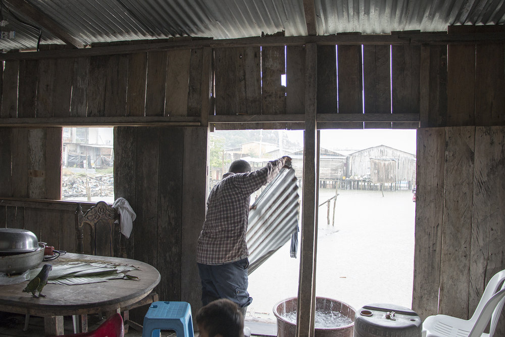 La casa de José resistió el terremoto de hace un año y ningún miembro de su familia resultó herido. Sin embargo, la  estructura es muy frágil  y el techo de zinc filtra mucha agua cuando caen lluvias fuertes.