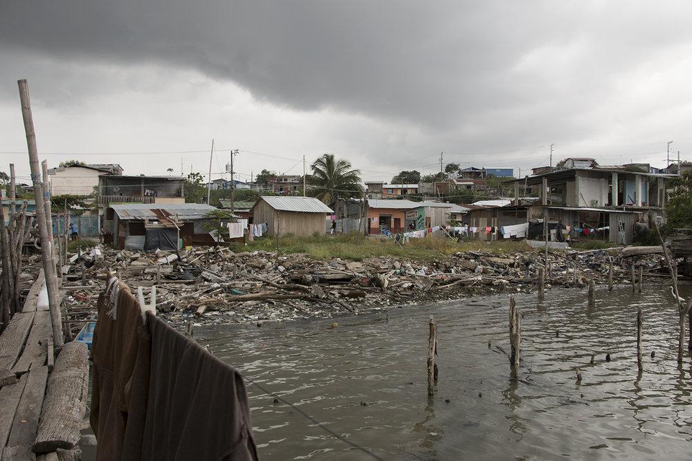 San José de Chamanga tiene 5.000 habitantes aproximadamente, la gran mayoría dedicados a la pesca y al comercio informal.  El terremoto agravó las condiciones de salubridad  del poblado, ubicado estratégicamente en el estuario del río Cojimíes donde abunda la venta de muchines en las calles por 50 centavos de dólar.