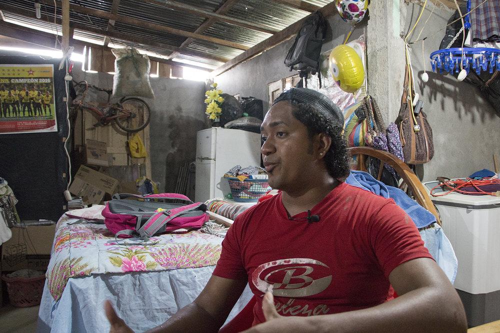 """Jonathan Gudiño tiene 25 años  y es un líder comunitario que trabaja especialmente con jóvenes y en proyectos de UNICEF para la protección de menores, un grupo especialmente afectado tras el terremoto. """"Aquí es necesario trabajo, espacios deportivos y  acompañamiento terapéutico para los jóvenes,  pues su involucramiento con drogas ha aumentado en este año tras el sismo""""."""