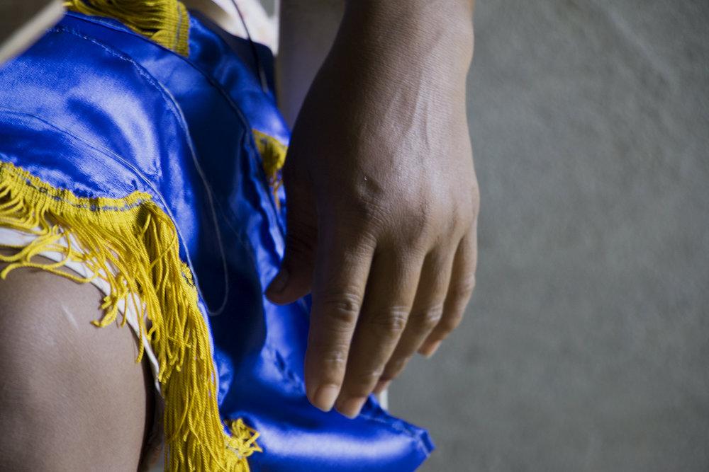 Además de sus rondas de recolección de conchas en el manglar,  Carmen hace banderines decorativos  para la mototaxi de su hijo como pasatiempo y asiste regularmente a las misas de la iglesia mormona a la que pertenece.