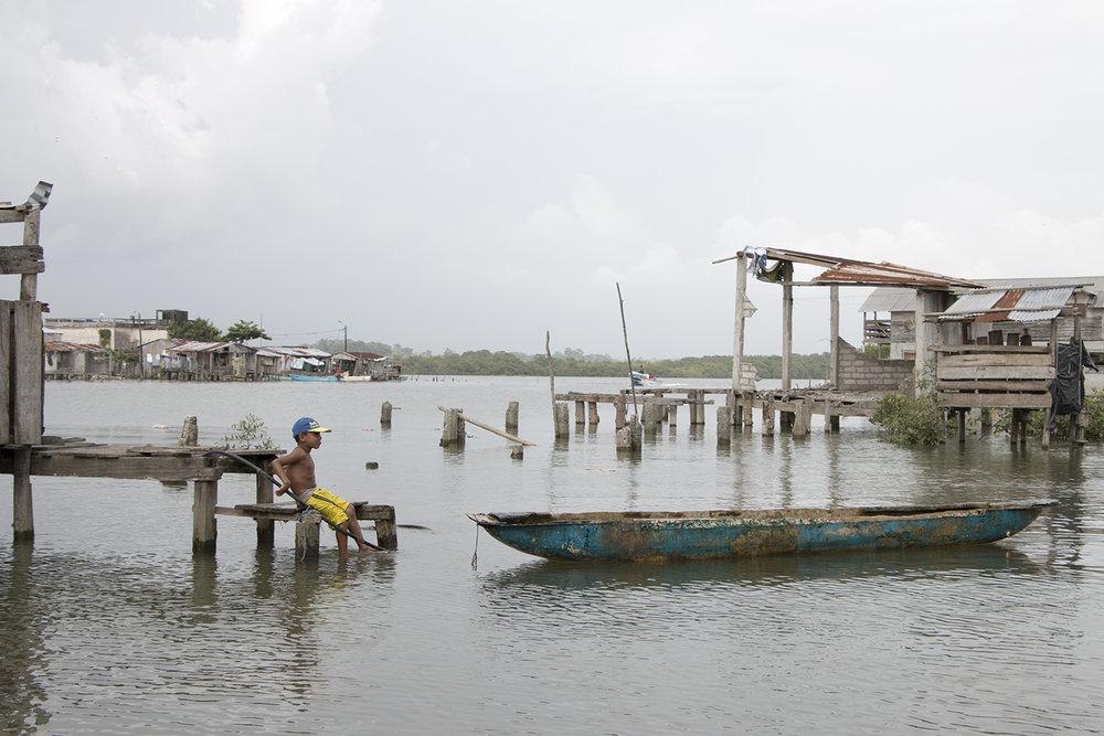 Para muchos muisneños, las prohibiciones y paulatina retirada de servicios básicos de atención ciudadana de la isla fueron una  estrategia de desalojo forzado . Un año después del terremoto, los planes de evacuar la isla y promoverla como un destino turístico siguen en pie.