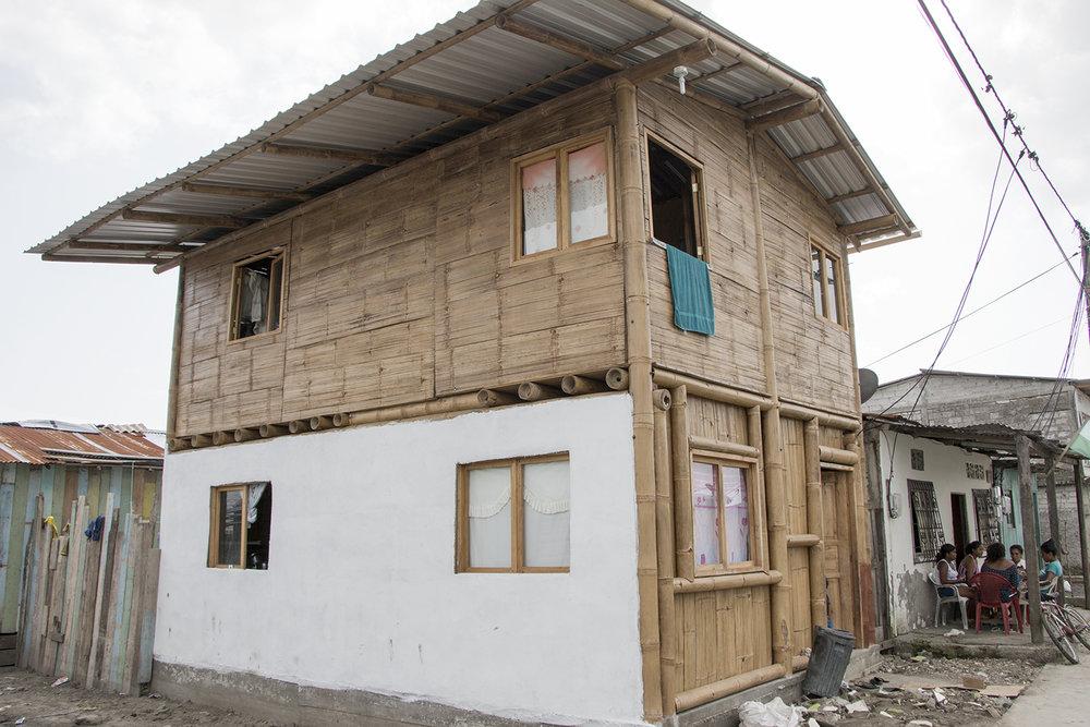 """Esta es la única casa construida en el barrio La Florida un año después del terremoto.  La edificación de caña fue hecha por los propios habitantes  con ayuda de la iglesia. """" Aquí en Muisne no se ha hecho absolutamente nada, el gobierno no ha gastado ni un solo centavo en mejorar vivienda o salud"""", afirma Frank."""